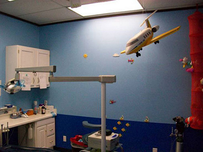 Kids Smiles Pediatric Dentistry in San Antonio, TX - Exam room with airplane